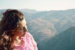Mädchen, das zur Natur schaut lizenzfreie stockfotos
