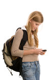 Mädchen, das zur Schule unter Verwendung des Handys sich vorbereitet Stockfotos