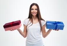 Mädchen, das zwei Geschenkboxen hält Lizenzfreie Stockfotos