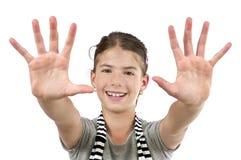 Mädchen, das zwei Hände zeigt Stockbild