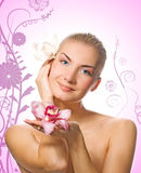 Mädchen, das zwei Orchideen anhält Stockfoto