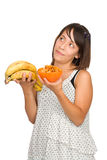 Mädchen, das zwischen gesundem und ungesunder Fertigkost entscheidet Lizenzfreie Stockbilder