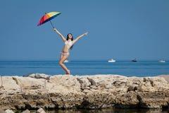 Mädchen in dem Meer Stockfotos