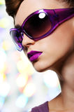 Mädchen in den Art und Weisesonnenbrillen Stockfoto