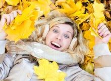 Mädchen in den Blättern Stockfotografie