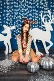 Mädchen in den blauen Weihnachtsdekorationen Lizenzfreies Stockfoto