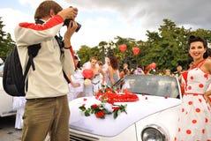 Mädchen in den Brautkleidern am Festival von Bräuten in Jalta auf dem 3. vom Oktober 2011 ukraine stockfotografie