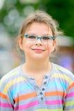 Mädchen in den Brillen mit dem ungepflegten Haar Lizenzfreie Stockbilder