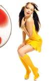 Mädchen in den erotischen Tänzen eines gelben Kleides Lizenzfreie Stockfotos