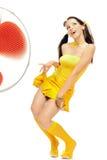 Mädchen in den erotischen Tänzen eines gelben Kleides Stockfoto