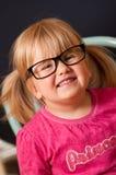 Mädchen in den erwachsenen Gläsern Stockfotografie