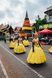 Mädchen in den Festivalkostümen auf der Straße von Chiang Mai, Thailand Stockfotos