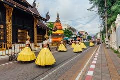 Mädchen in den Festivalkostümen auf der Straße von Chiang Mai, Thailand Lizenzfreies Stockfoto