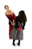 Mädchen in den formalen Kleidern mit Geschenk Stockfotografie