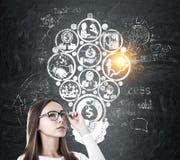 Mädchen in den Gläsern und in Geld, die Idee machen stockfoto