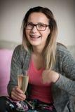 Mädchen in den Gläsern und mit Klammern auf Zähnen Lizenzfreie Stockbilder
