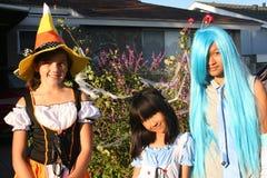 Mädchen in den Halloween-Kostümen Lizenzfreie Stockbilder