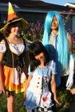 Mädchen in den Halloween-Kostümen Stockfotos