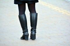 Mädchen in den hohen schwarzen Stiefeln stockfoto