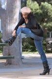 Mädchen in den Jeans und in den Matten Lizenzfreies Stockfoto