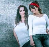 Mädchen in den Jeans und in einem weißen T-Shirt Lizenzfreie Stockfotos
