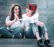 Mädchen in den Jeans und in einem weißen T-Shirt Stockbild