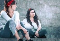 Mädchen in den Jeans und in einem weißen T-Shirt Lizenzfreies Stockfoto