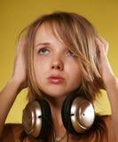 Mädchen in den Kopfhörern Stockbilder