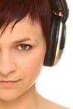 Mädchen in den Kopfhörern Stockfotos