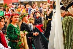 Mädchen in den mittelalterlichen Kostümen Lizenzfreies Stockbild