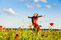 Schönes träumendes mädchen mit mohnblumen auf grünem hintergrund