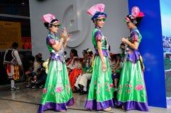 Mädchen in den nationalen Kostümen, 2013 WCIF Lizenzfreie Stockfotos