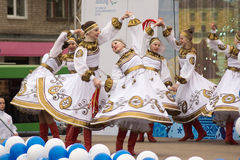 Mädchen in den nationalen russischen Kostümen, die auf Stadium tanzen Lizenzfreie Stockbilder