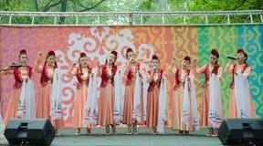 Mädchen in den nationalen tatarischen Kostümen singen ein Lied lizenzfreies stockbild
