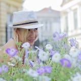 Mädchen in den purpurroten Blumen Lizenzfreie Stockfotografie