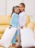 Mädchen in den Pyjamas im Wohnzimmer Stockbilder