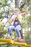 Mädchen in den Seilpark-Durchlaufhindernissen, Mädchenaufstieg die Straße Seilpark lizenzfreie stockbilder