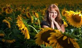 Mädchen in den Sonnenblumen Lizenzfreies Stockbild