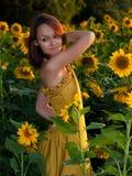 Mädchen in den Sonnenblumen Stockbild