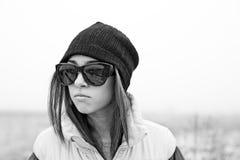 Mädchen in den Sonnenbrillen über Naturhintergrund Lizenzfreie Stockfotografie