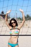Mädchen in den Sonnenbrillen auf Volleyball zur Plattform Stockfoto
