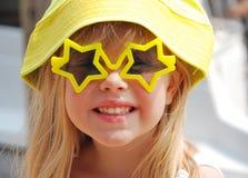 Mädchen in den Sternsonnenbrillen Lizenzfreies Stockfoto
