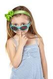 Mädchen in den sundress mit Sonnenbrillen auf Spitze der Wekzeugspritze Lizenzfreie Stockfotos