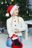 Mädchen denkend an Geschenke für Weihnachten oder neu Lizenzfreies Stockfoto