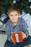Mädchen denkend an Geschenke für Weihnachten oder neu Lizenzfreies Stockbild