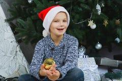 Mädchen denkend an Geschenke für Weihnachten oder neu Lizenzfreie Stockfotos