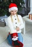 Mädchen denkend an Geschenke für Weihnachten oder neu Stockfotografie