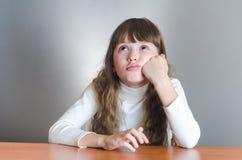 Mädchen denkt Lizenzfreie Stockfotos