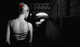Mädchen in der alten Stadt Stockfotografie