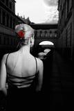 Mädchen in der alten Stadt Stockbilder